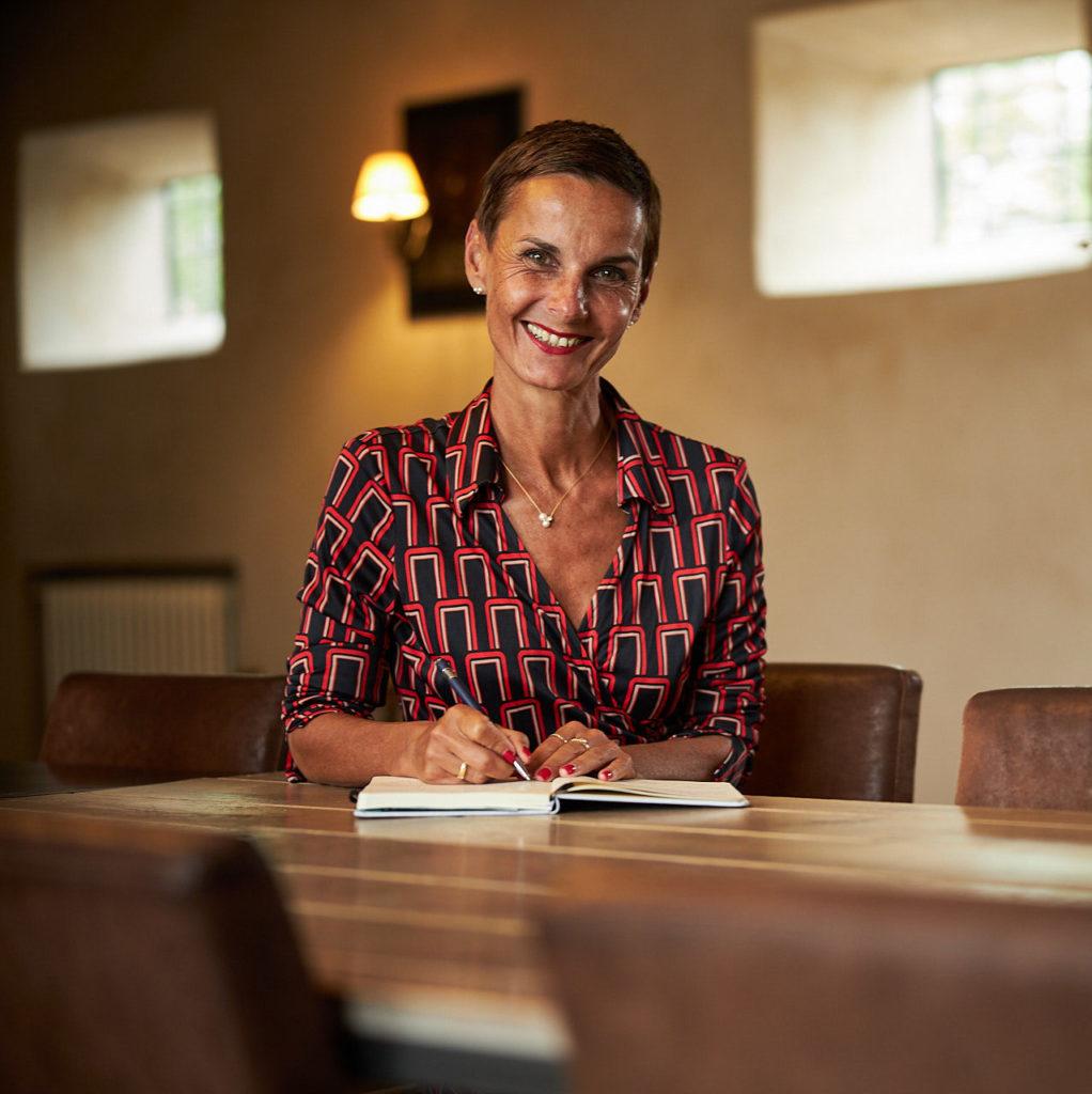 Anja Fischer am Tisch sitzend und schreibend