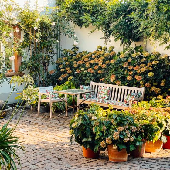 Innenhof Julius in der Pfalz mit Blumen